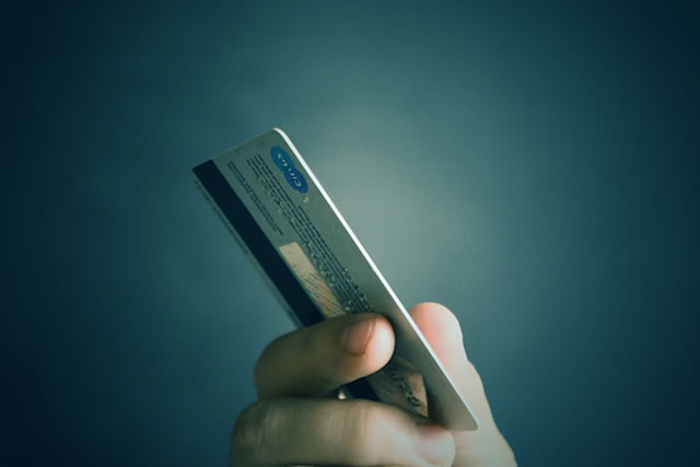旦那様に内緒でクレジットカード現金化【旦那様名義カードは可能?】